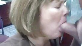 Rambut merah awek melayu sex terbaru mahir ke dalam mulut dan membantu dia dengan tangannya.