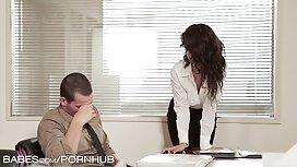 Seorang sex awek melayu video wanita yang duduk di kerusi sakit puan dan dildo.