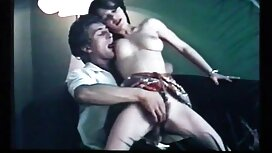 Gadis asia dengan melayu boleh lucah besar payudara dan pantat di pancuran jet.