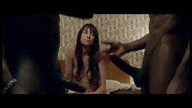 Dua wanita dewasa yang mengusap pantat. video sex awek tudung