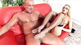 Sekeping awek suka main bontot penari dengan celana dalam bersenang-senang di depan para laki-laki