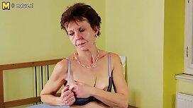 Wanita yang duduk di hamba wajah dan menginjak-injak badan dalam tinggi tumit video lucah awek bertudung